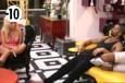 De leurs côtés, Julie et Steph parlent stratégies dans le salon.