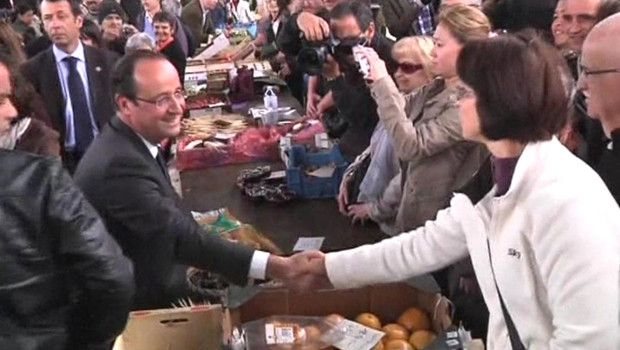 Fran&ccedil;ois Hollande sur le march&eacute; de Tulle, &agrave; la veille du second tour de la pr&eacute;sidentielle (5 mai 2012)