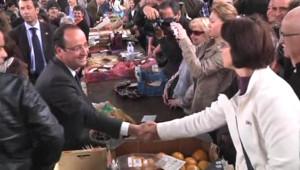 François Hollande sur le marché de Tulle, à la veille du second tour de la présidentielle (5 mai 2012)