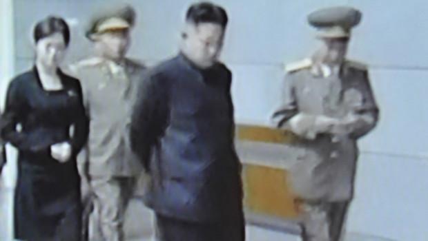 Corée du Nord : images diffusées par la télévision montrant une femme inconnue aux côtés de Kim Jong-un, le 9 juillet 2012