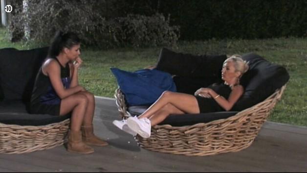 Jessica et Julie s'isolent dans le jardin pour une petite discussion.