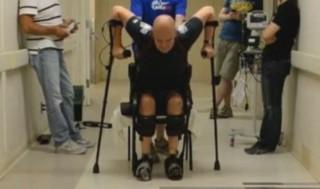"""Paralysé, il """"remarche"""" pour la première fois depuis son accident"""
