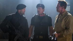Jason Statham, Sylvester Stallone et Arnold Schwarzenegger dans le film Expendables 2