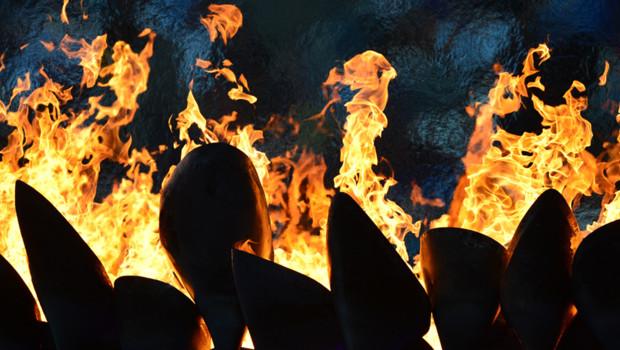 La flamme olympique, avant de s'éteindre lors de la cérémonie de clôture, à Londres, le 12 août 2012.