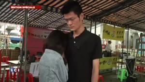 Crash à Taïwan : les familles en deuil devant les photos de leurs proches