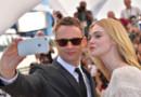 """Nicolas Winding Refn et Elle Fanning lors du photocall de """"The Neon Demon"""" à Cannes, le 20 mai 2016."""