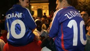 AFP Des jeunes supporters sur les Champs-Elysées