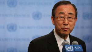 Ban-Ki Moon, le nouveau secrétaire de l'ONU en poste en 2007, lors d'une conférence de rpesse sur la situation au Pakistan arès une réunion du Conseil de Sécurité en décembre 2007 à New York
