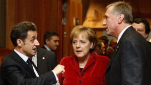 Le président Français Nicolas Sarkozy avec le Premier ministre tchèque Mirek Topolanek et la chancelière allemande Angela Merkel lors du sommet européen de Bruxelles du 11 décembre 2008.