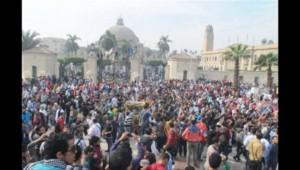 Des centaines d'étudiants ont manifesté ce dimanche aux abords de la place Tahrir au Caire contre la destitution par l'armée du président islamiste Mohamed Morsi.