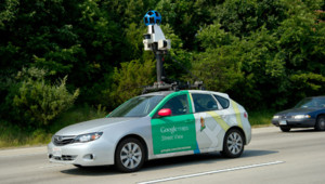 Une voiture Google Street View surmontée d'une caméra