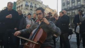 À Bruxelles, un inconnu joue du violoncelle en hommage aux victimes