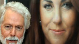 """""""C'est impressionnant, je l'ai trouvé formidable"""", a dit Kate en découvrant son portrait officiel peint par Paul Emsley, à gauche sur la photo."""