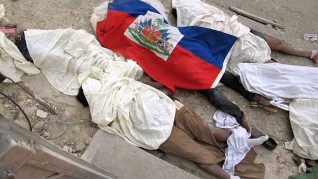 Corps d'une victime du séisme enveloppée dans un drapeau haïtien (14 janvier 2010)