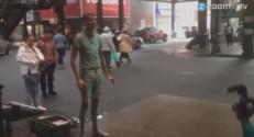 Stromae filmé dans les rues de New York.