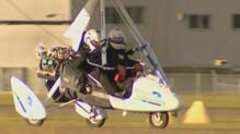 TF1/LCI : L'ULM d'un aventurier australien aveugle en phase d'atterrissage en Australie (30 avril 2007)