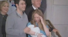 Chelsea Clinton quittant la maternité de New York avec sa famille