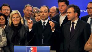 Jean-François Copé, entouré de ses partisans, lors de son discours de victoire à l'élection pour la présidence de l'UMP, le 19 novembre 2012 au siège du parti à Paris.