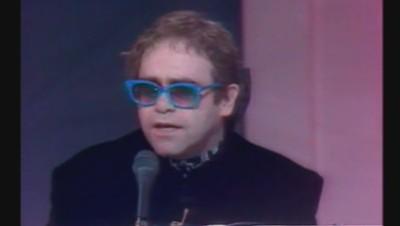 Moment culte sur TF1 : Elton John reprends ses tubes (05/02)