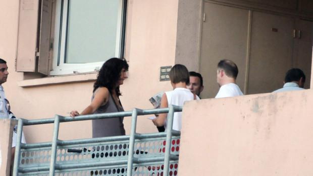 Des enqueteurs de la police discutent le 20 aout 2012 à Toulouse devant l'appartement où a été abattue la fillette.