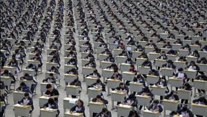 Près de 2000 étudiants passent leur examen en plein air, à Yichuan, en Chine.