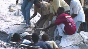 Sauveteurs dans les décombres d'une école effondrée à Pétion-ville (8 novembre 2008)