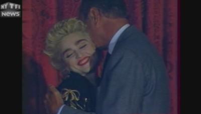 En 1987, Madonna fait un don pour une association de lutte contre le Sida. Chirac n'oublie pas de la remercier.