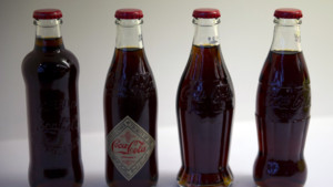 L'évolution de la bouteille de Coca-Cola depuis 1886 à aujourd'hui (exposition 2012)