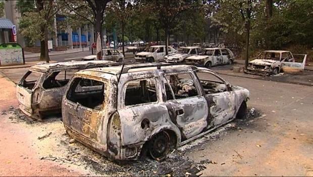 Voitures brûlées lors de violences urbaines à Grenoble (17 juillet 2010)