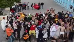 Dans cette vidéo, certains dansent en caleçons et d'autres, portant des fausses barbes et les tuniques des tenants de la mouvance salafiste radicale.