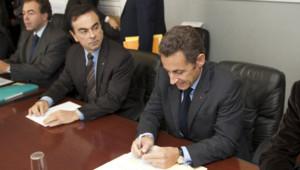 Nicolas Sarkozy et Carlos Ghosn, PDG de Renault, réunis avec des ouvriers de l'usine de Sandouville