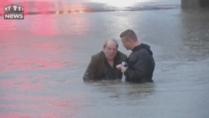 Un journaliste sauve en plein tournage un homme de la noyade