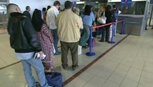 aéroport queue file attente voyageurs embarquement