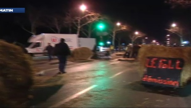 Manifestation d'agriculteurs rue de Varennes, près du ministère de l'Agriculture (16 janvier 2013)