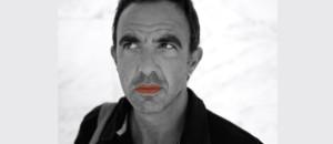 """Nikos Aliagas participe à la flash-mob sur internet """"Mettez du rouge""""."""
