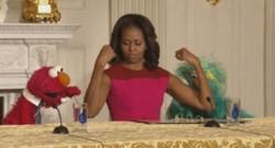 Michelle Obama en compagnie de deux personnages de Sesame Street.
