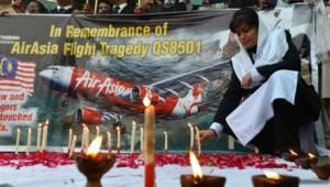Des bougies sont allumées en mémoire des 162 victimes du crash d'AirAsia