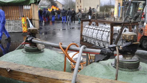En colère, les salariés de la fonderie DMI Vaux ont mis en place devant leur usine des bonbonnes de gaz reliées à un système de mise à feu factice en signe de protestation.