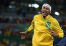 Le brésilien Neymar célèbre sa médaille d'or après la défaite de l'Allemagne aux Jeux Olympiques de Rio, au stade du Maracanã, le 20 août 2016, au Brésil.