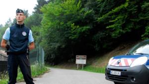 Un gendarme en faction près du lieu de la tuerie en Haute-Savoie, le 6 septembre 2012.
