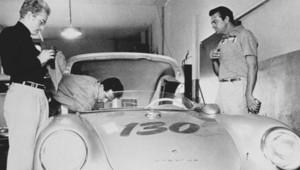 James Dean (à gauche du cliché) et sa Porsche (1955)