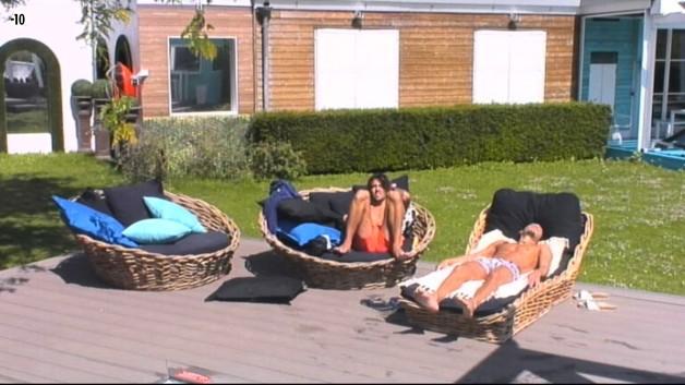 Vivian et Stéfan s'installent près de la piscine pour profiter du retour du soleil.