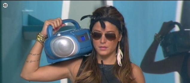 Anaïs réalise la scène d'ouverture du clip, en mode gangsta.