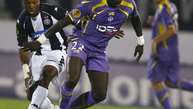 Sissoko (Toulouse) aux prises avec Moreira (Partizan de Belgrade) lors du match de la 1re journe de l&#039;Europa League (17 septembre 2009)