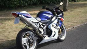 Le modèle de moto bleue et blanche de marque Suzuki recherché par la police dans l'enquête sur le meurtre d'une femme à Grigny le 5 avril 2012
