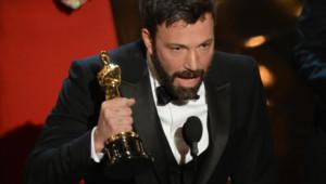 """Ben Affleck et son Oscar du meilleur film pour """"Argo"""" le 24 février 2013 à Hollywood"""