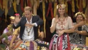 Kate Middleton et son mari le prince William interprètent une danse traditionnelle sur l'atoll de Tuvalu.