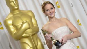 Jennifer Lawrence et son Oscar de la meilleure actrice pour Happiness Therapy le 24 février 2013