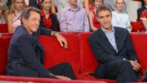 Bernard Giraudeau au côté du médecin David Servan-Schreiber sur un plateau de télévision (octobre 2003)