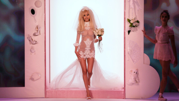 Zahia lors de son dfil de lingerie haute-couture du 2 juillet 2012  Paris.